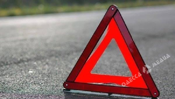 Под Одессой девушка за рулем иномарки протаранила электроопору