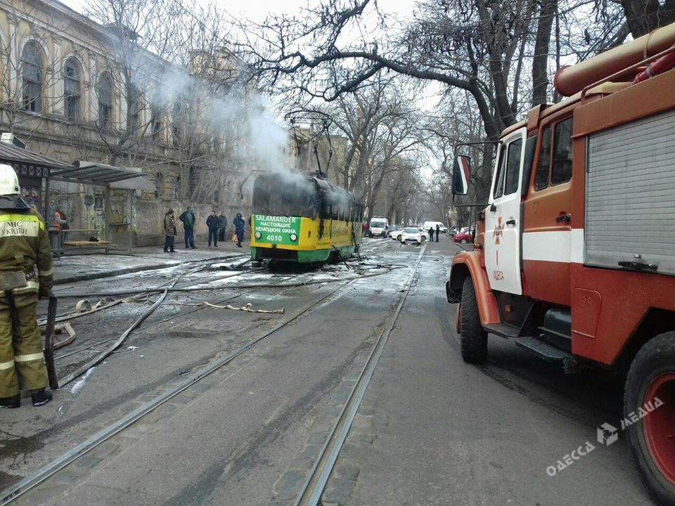ВОдессе впериод движения  зажегся  трамвай