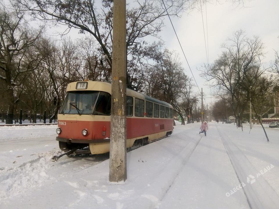 Работа ряда трамвайных маршрутов вОдессе после снегопада пока невосстановлена