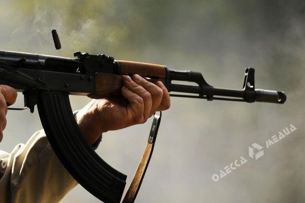Полицейский предотвратил самосуд граждан Одесчины выстрелами изавтомата