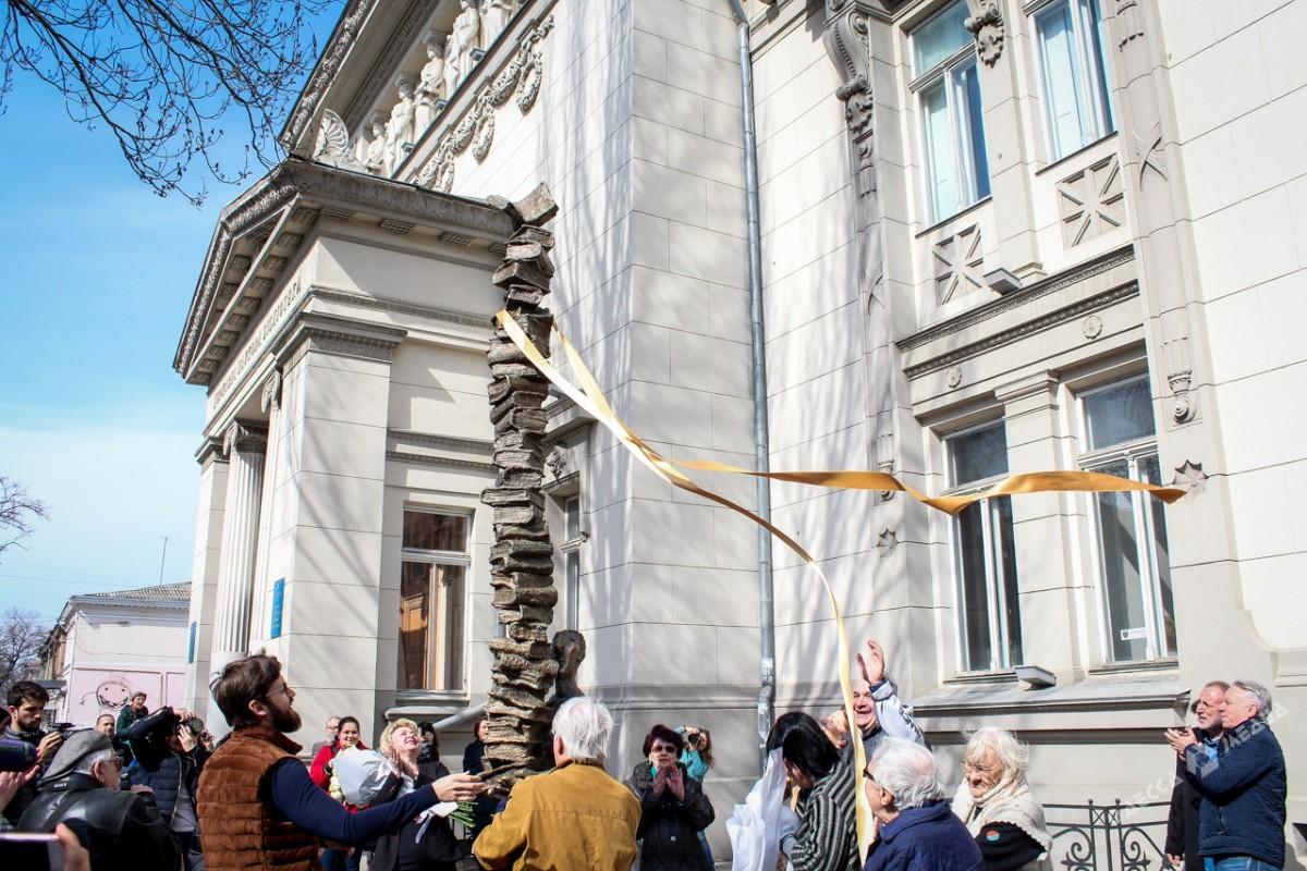 Около библиотеки им. Горького появился памятник Книголюбу от легендарного одесского скульптора
