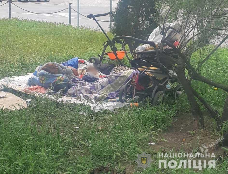 Горе-мать оставила ребенка в коляске возле одесского вокзала
