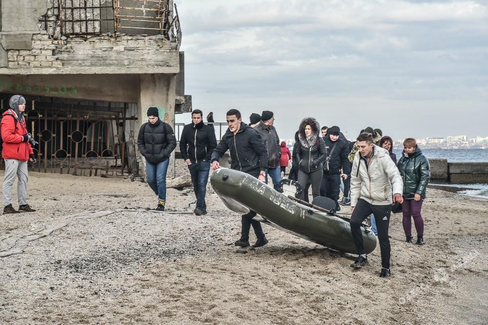 На затонувший танкер «Делфи» пытались попасть одесситы, но нарвались на автоматчиков (фото)