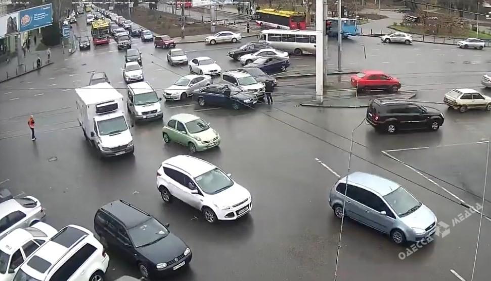 Сказка о двух козликах в реалиях одесских водителей привела к ДТП (видео)
