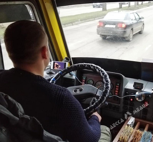 Водитель одесской маршрутки смотрел видео на телефоне прямо во время езды (фото)