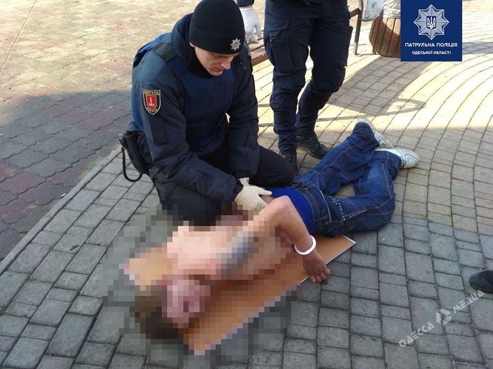 Ghostbusters по-одесски: патрульные задержали на улице полуголого «охотника за приведениями»  (фото)