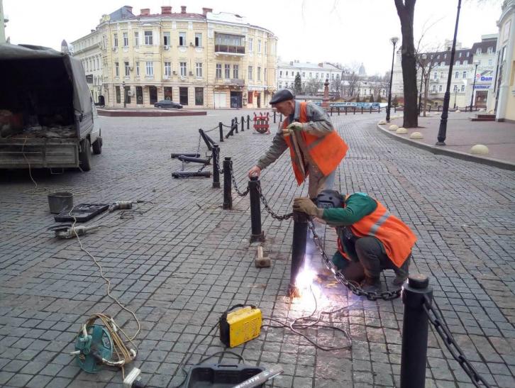 Сломанные столбики на Греческой площади: нарушителя зафиксировали камеры наблюдения (видео)