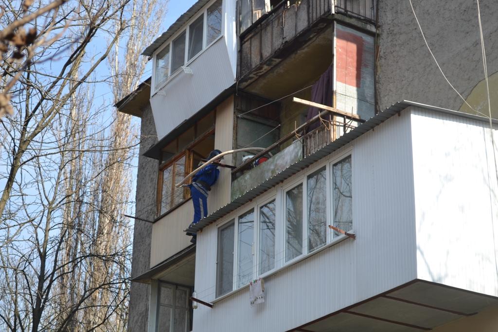 В загоревшуюся квартиру одесские спасатели проникли через со.