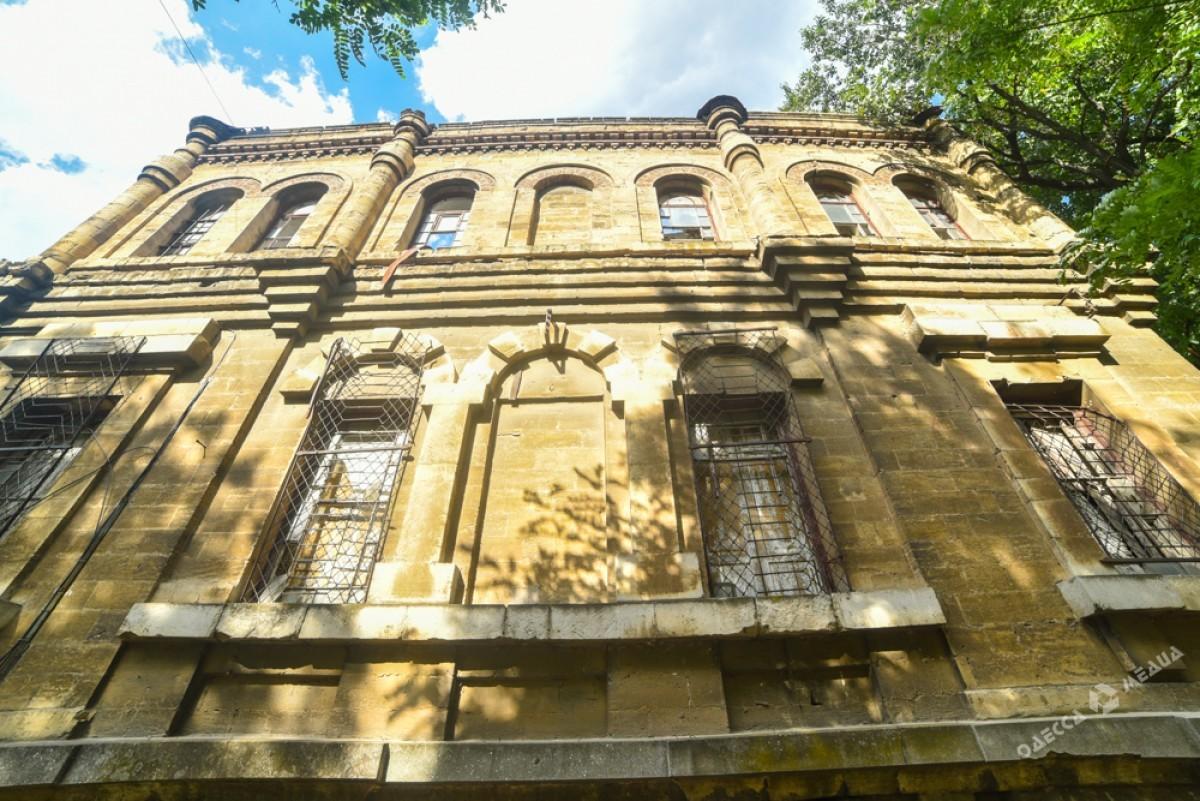 a961eec00e3fba74955a9978a95ff68a Бомжи разбирают Масонский дом на сувениры, а одесским копам все равно