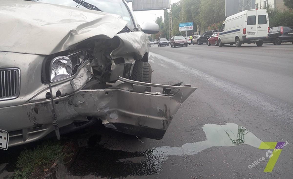 487f483b9d45d080180d5dec93316759 ДТП в Одессе: внедорожник сбил светофор