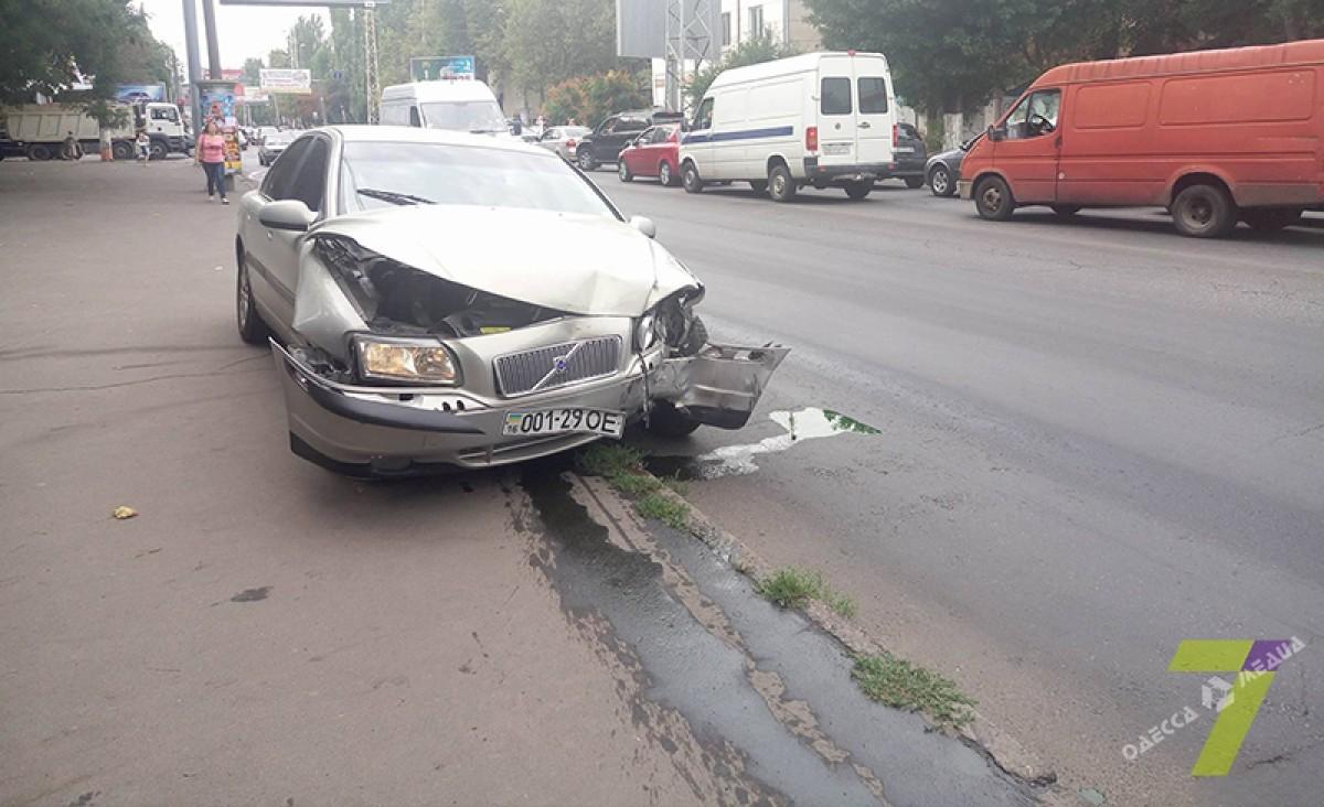 bc7cb65663372ea0db74cf67f3d3b868 ДТП в Одессе: внедорожник сбил светофор
