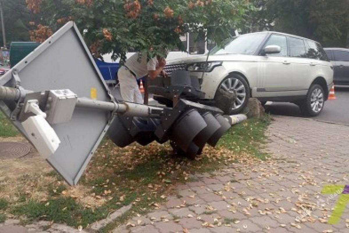 f2e94b0461e0dde9e16b0be64f96b7a1 ДТП в Одессе: внедорожник сбил светофор