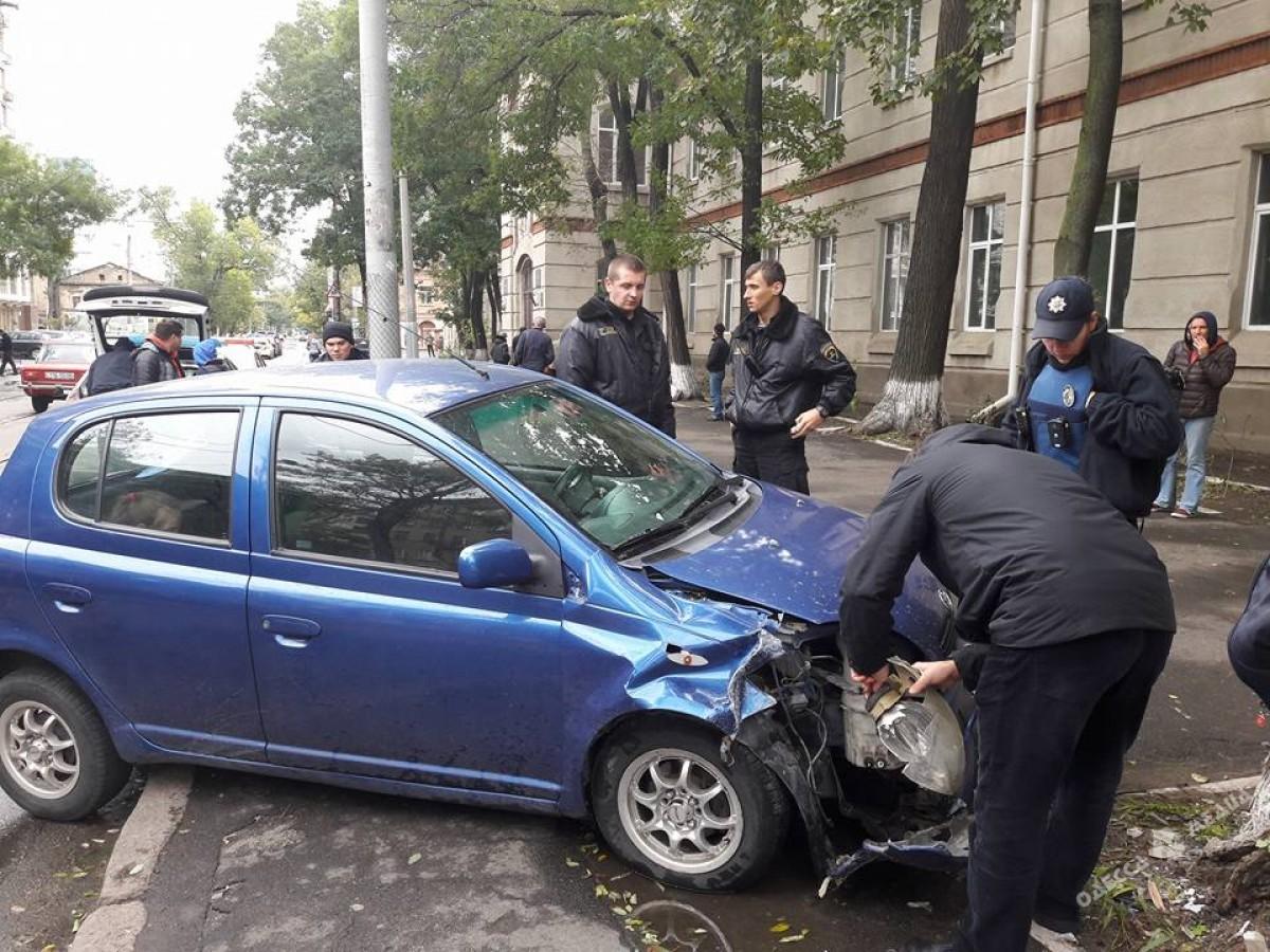 2a8a813a51298591ce7b44ff64f9115e В Одессе автомобиль с маленьким ребенком влетел в дерево