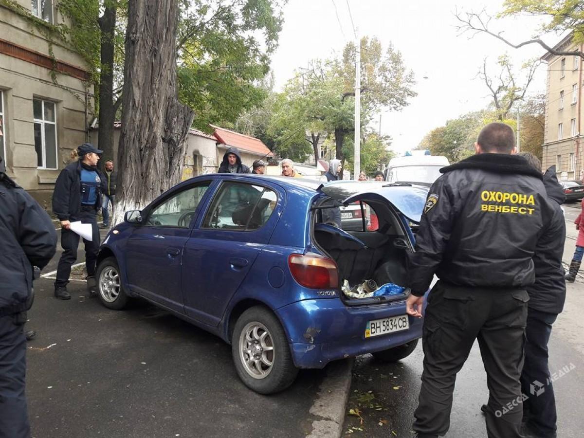 8a41095b655c1cf51c2df52a083281e1 В Одессе автомобиль с маленьким ребенком влетел в дерево