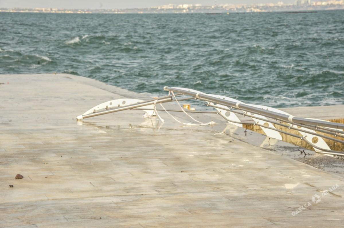 2a1b6737faa8c507af398c35864bf86d Набережная после стихии: разбитые заборы и купающиеся одесситы
