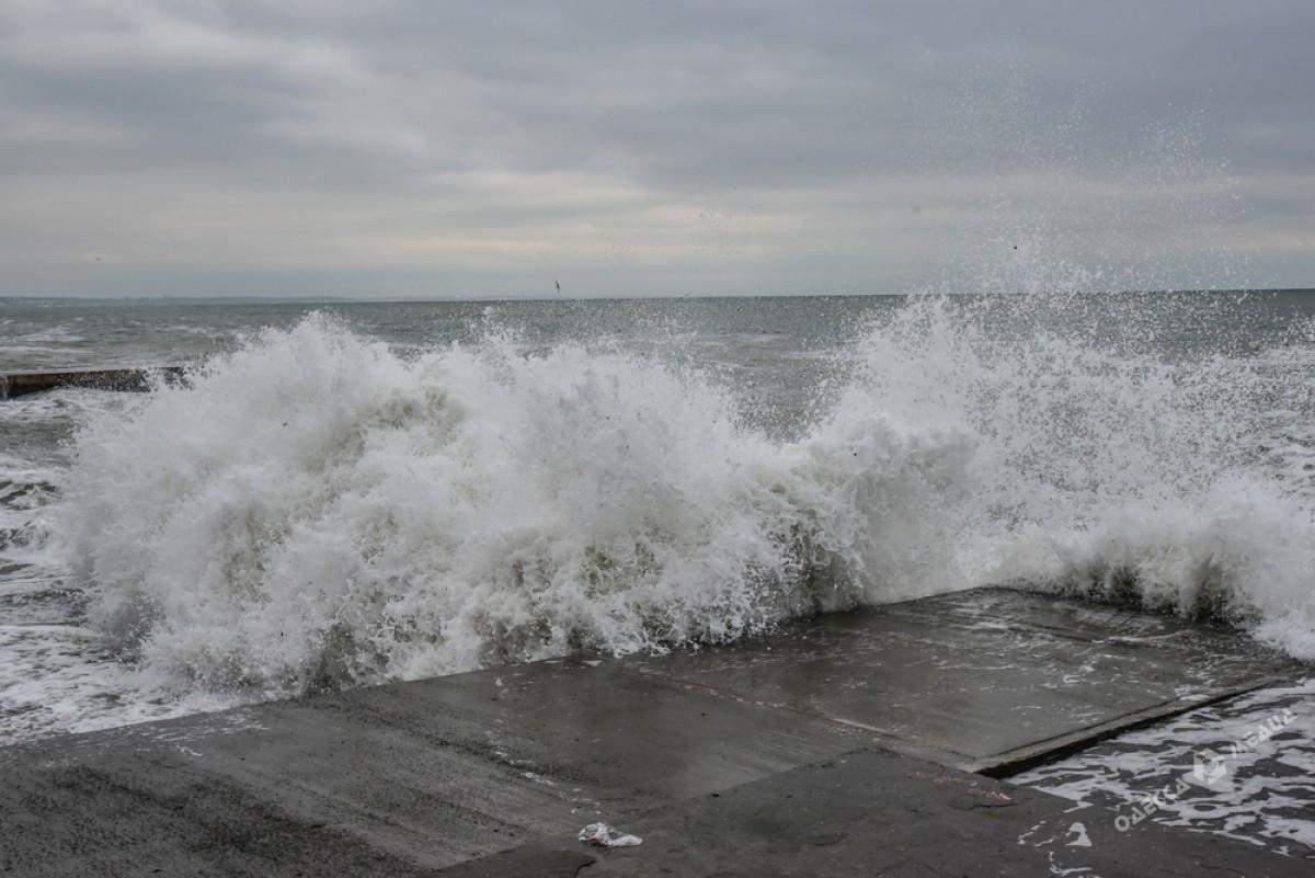1cff5a1f12905e4d99abbe856b39999a На одесском побережье бушует шторм