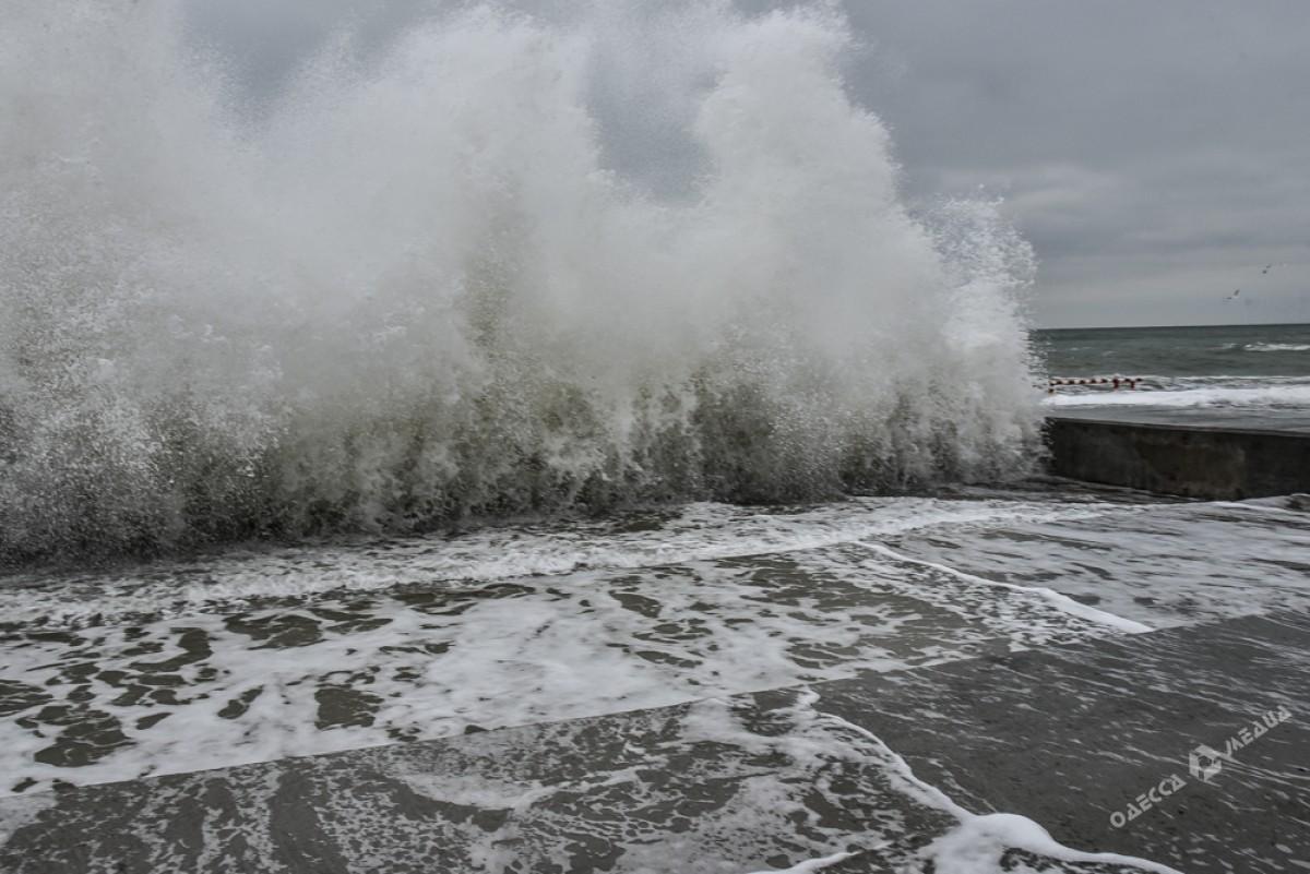 47260e04c2852344ec11f726e73678bb На одесском побережье бушует шторм