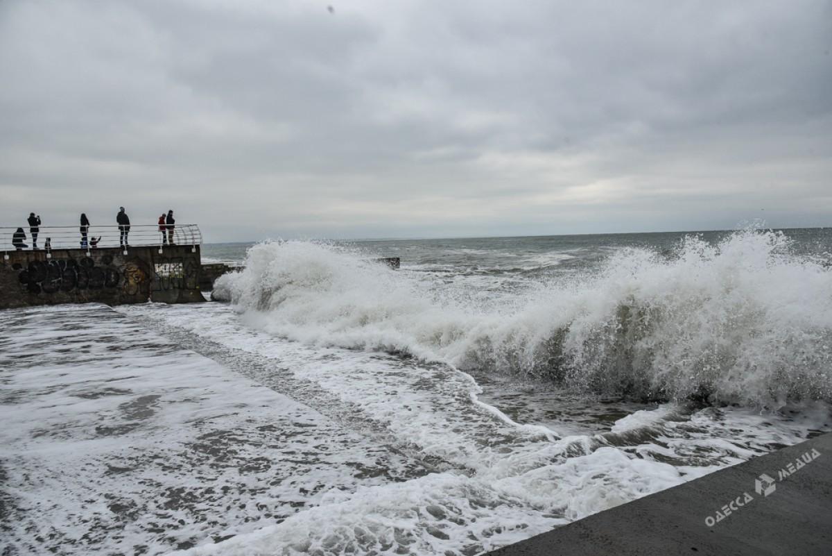 9c74d801e02fae43beb7b2dfb9527a03 На одесском побережье бушует шторм