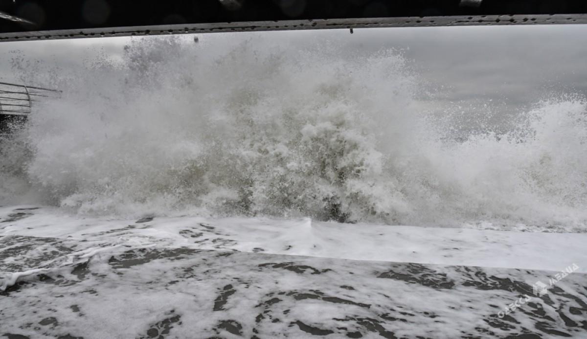 9cc68198d75384351c5370e2ffd72a88 На одесском побережье бушует шторм