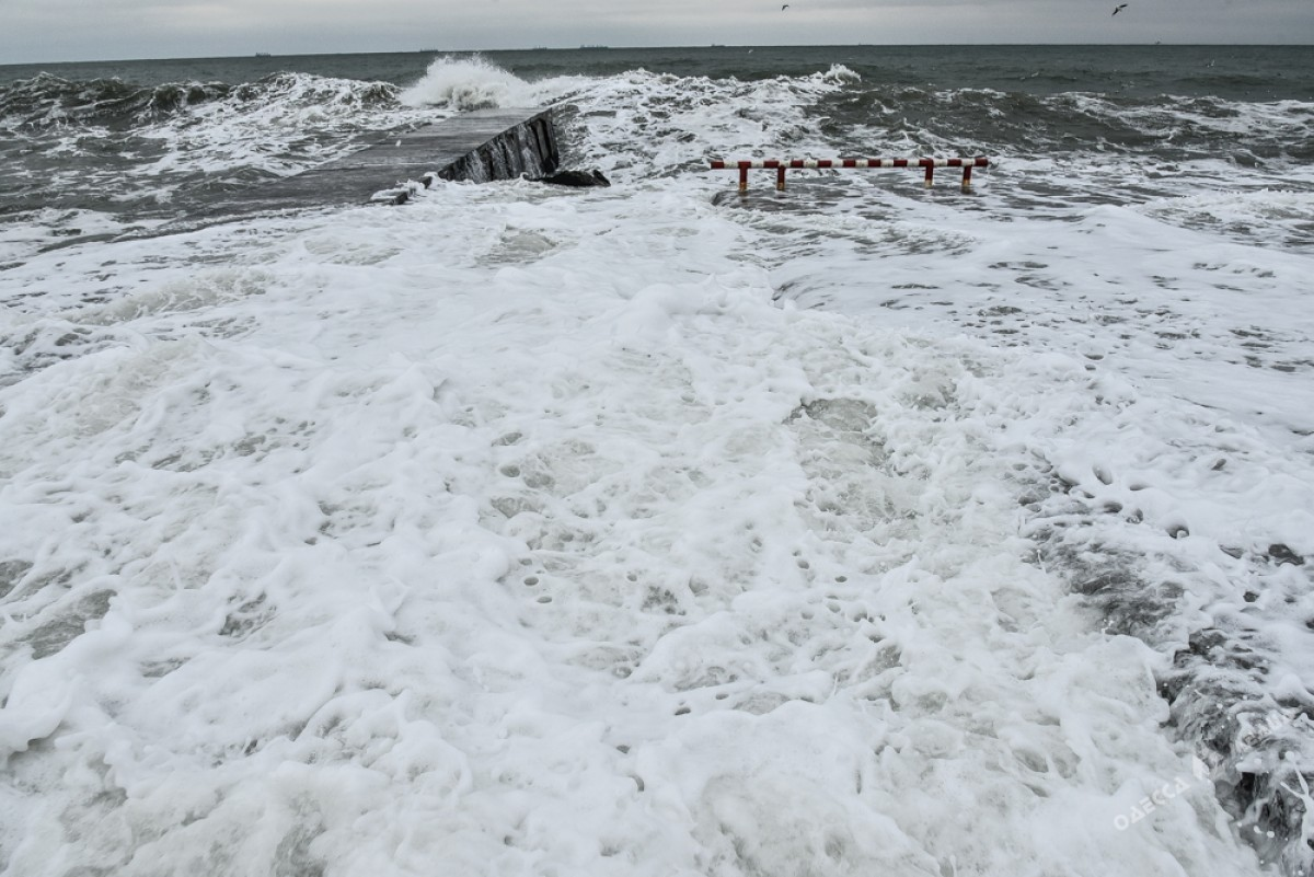 a7713f7fddc6ee44d52328463666fde9 На одесском побережье бушует шторм