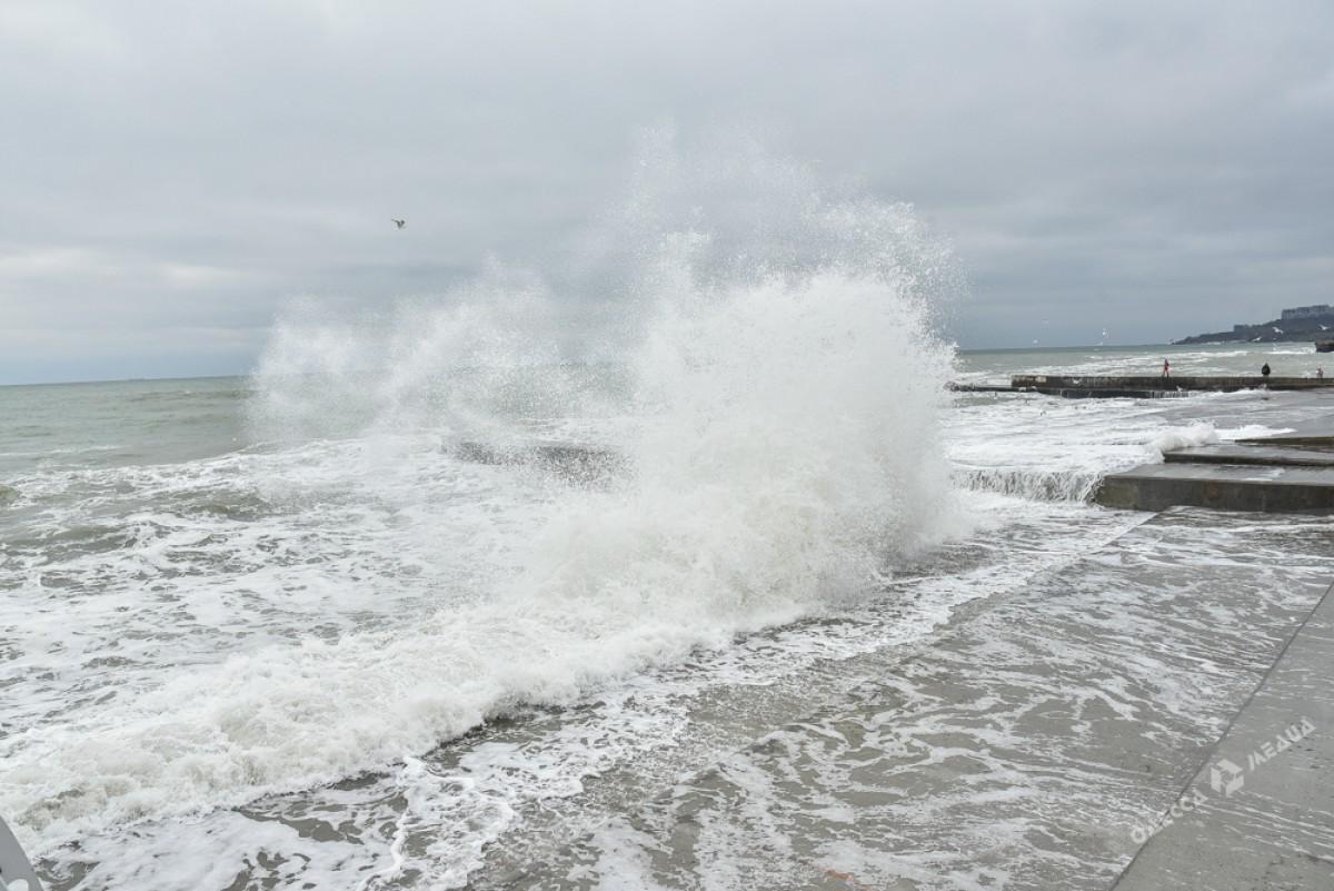 d5ef9a07738ea4d4a9c8e79f3ec03b2e На одесском побережье бушует шторм