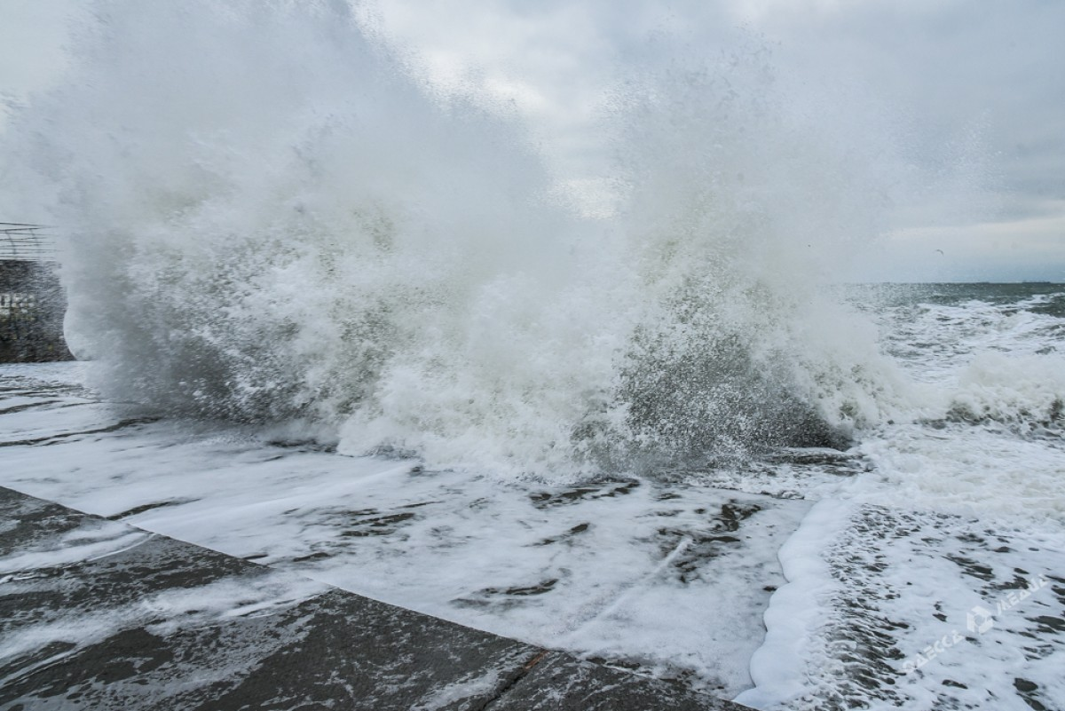 e97a3a2f6dfb6159b7b698b28be4a594 На одесском побережье бушует шторм