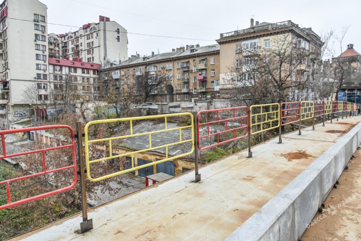 2e8af4feac03e203dceafaa8ac52bd28 Известный одесский мост: новые перила и бесстрашные пешеходы