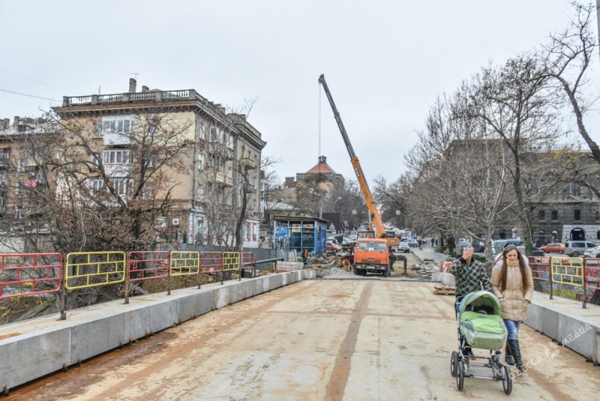 e48046e10bec0c4999787e7d3ec4627e Известный одесский мост: новые перила и бесстрашные пешеходы