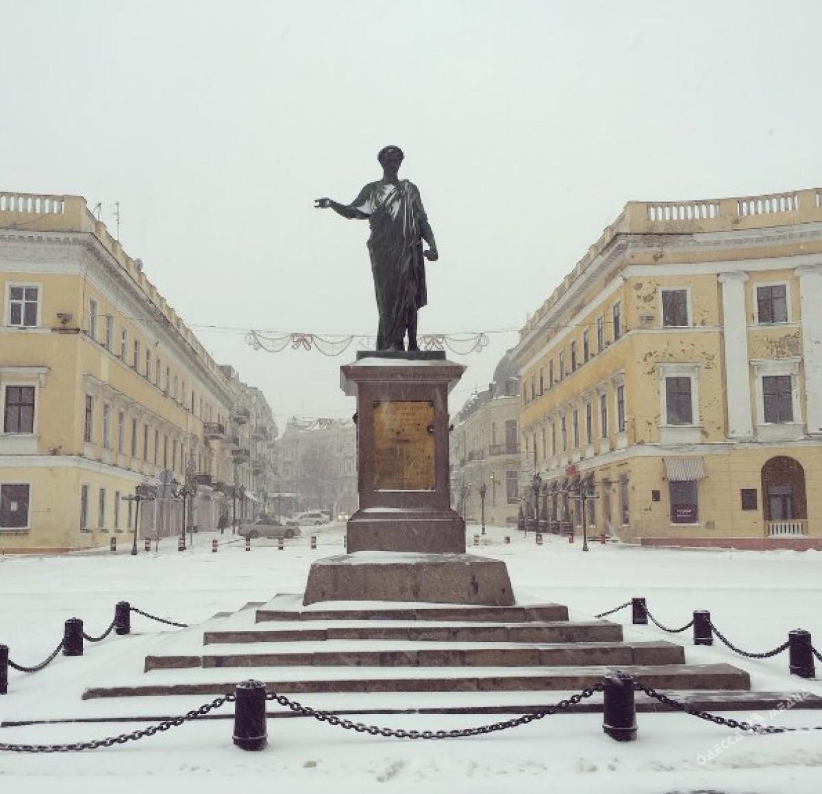 5062dce88e5660064d76fbbc50b276c3 Зимняя Одесса: пес-снеговик, одинокий Дюк и машины в сугробах