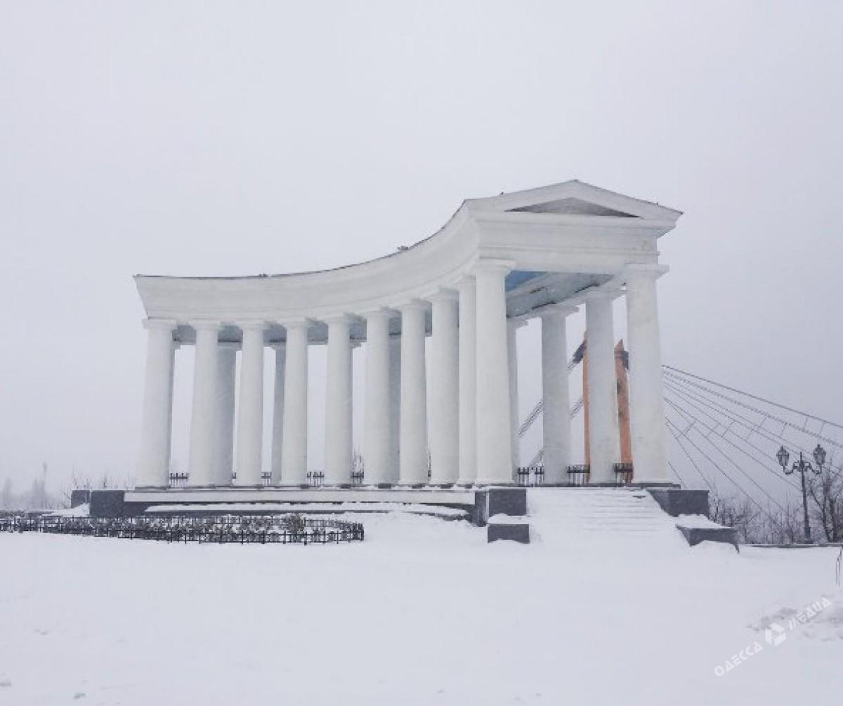 6d3a324173e81621b6e4839a4d4482bf Зимняя Одесса: пес-снеговик, одинокий Дюк и машины в сугробах