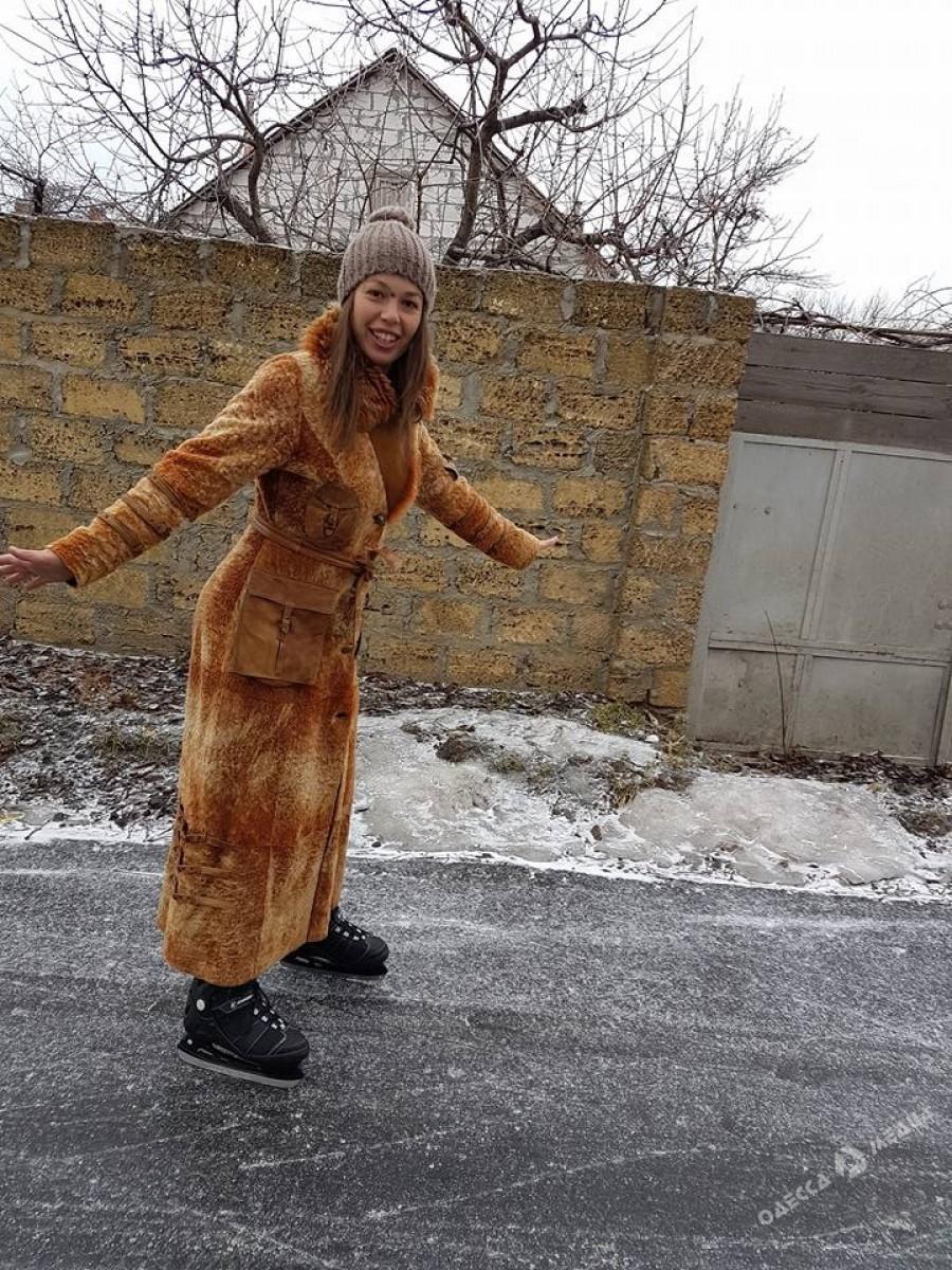 876db533722aa9a430ac3cb4355ccb8f В гололедицу одесситка рассекает по дороге на коньках