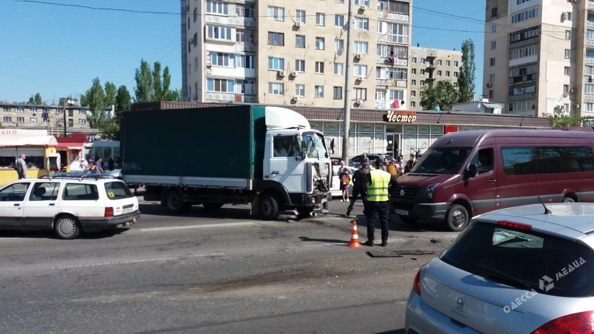 169cf52fb11372d8b61f7d95faebe635 ДТП в Одессе: серьезные пробки, три полосы движения перекрыты