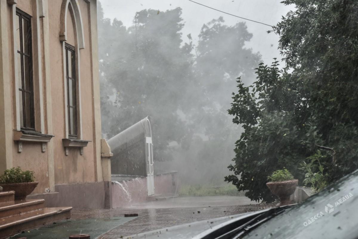 e25ff014db05b4f8e0af3e45eb97760b Сильный дождь и шквальный ветер застали одесситов врасплох