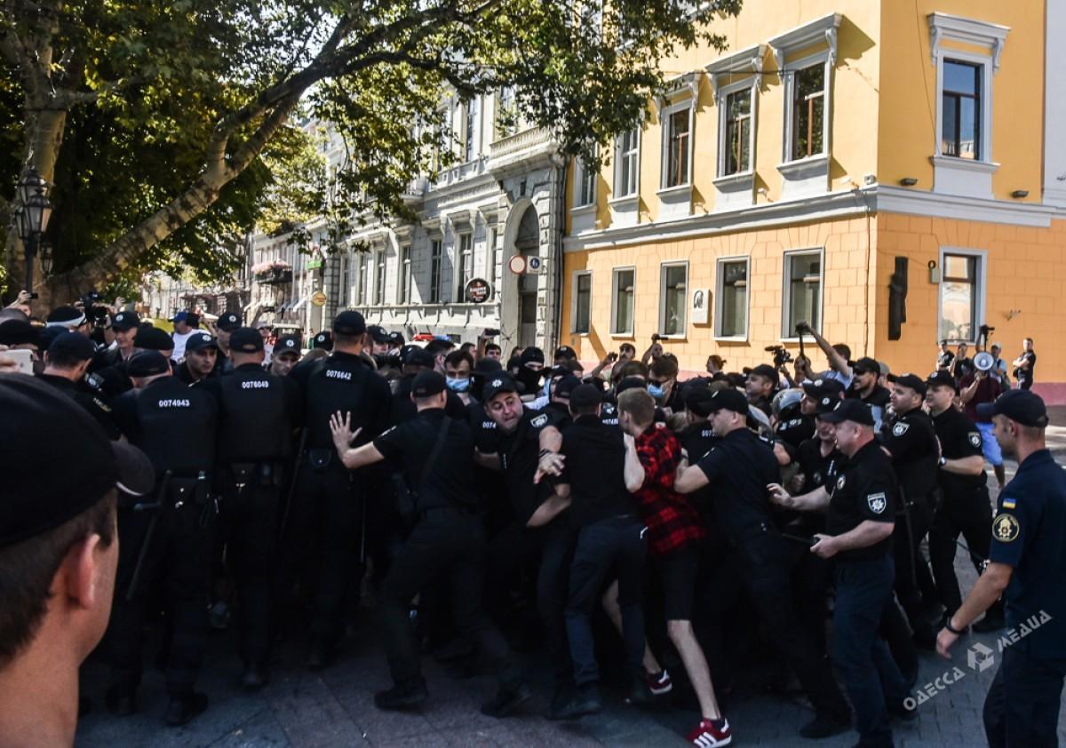 В Одессе полиция задержала троих человек, которые пытались помешать проведению гей-парада