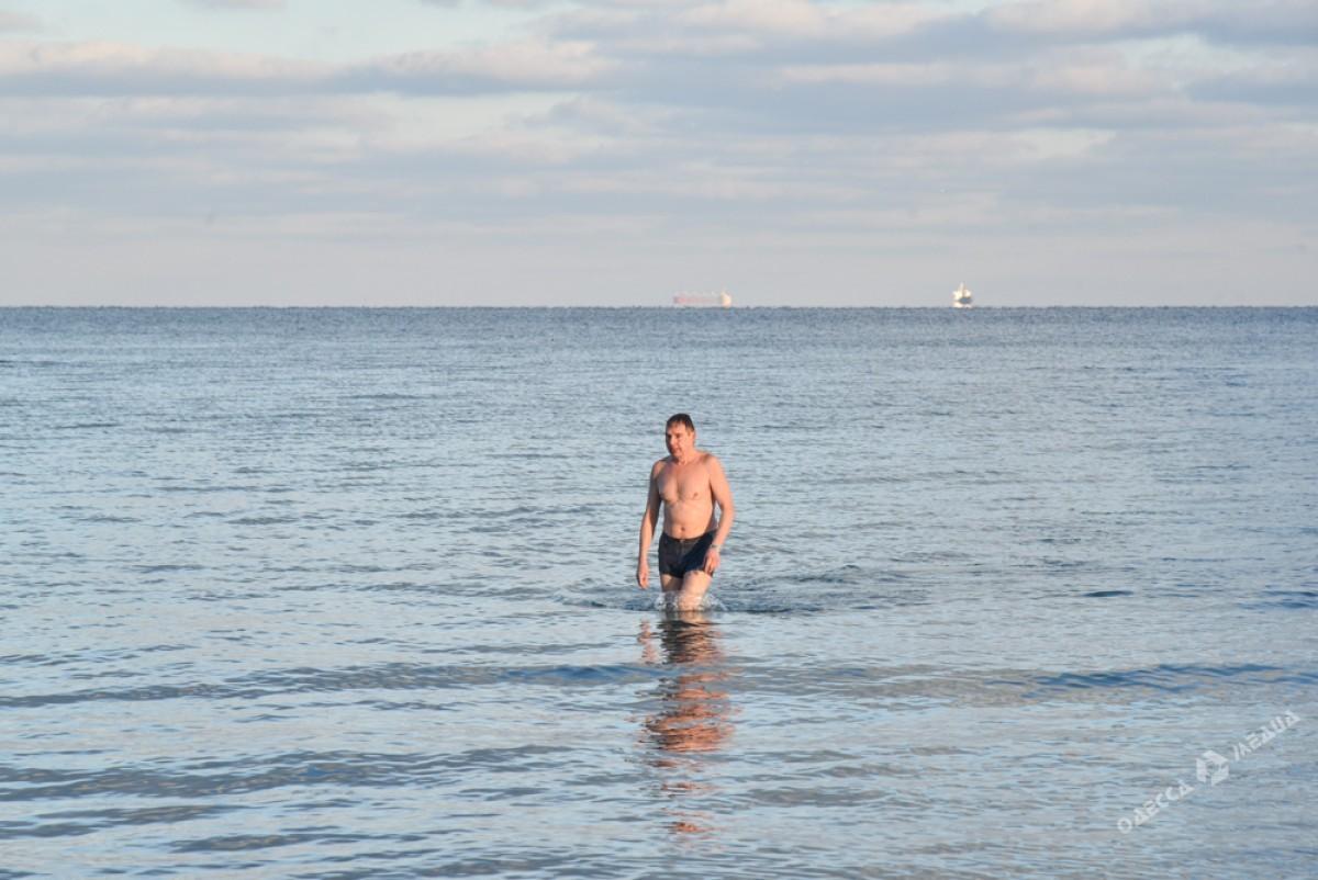 a813a8aa5723306b17ab7f654b1e8dda Последний день осени одесситы встретили на море (ФОТО)
